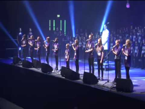 5000 Children Sing Gary Barlow's Golden Jubilee Anthem 'Sing'