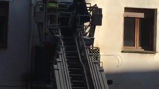Los bomberos desalojan a los vecinos en una vivienda de Doce Ligero.