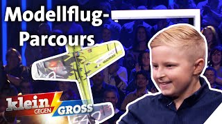 Martin (9) gegen gernot bruckmann (25): wer fliegt mit einem ferngesteuerten modellflugzeug schneller durch einen parcours im studio? aus rosendahl be...