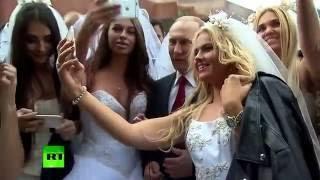 Невесты оттолкнули охрану чтобы сфоткаться с Путиным на Красной Площади