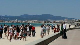 Los Reyes de España pasean por Playa de Palma