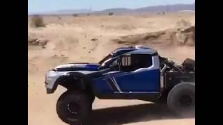 Джип быстро едет по пустыне