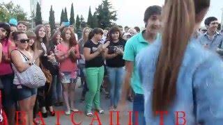 Русская девушка танцует на лезгинку
