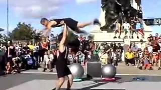 Les Vitaminés, spectacle de rue, acrobatie, humour, jonglerie.