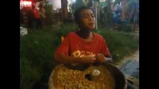 Cậu bé bán đậu phộng rong - hát hay thôi rồi