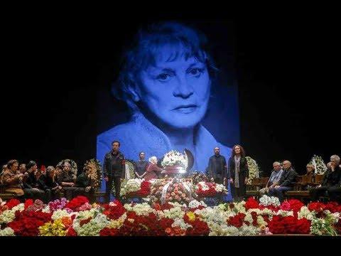 Слезы Ахеджаковой на плече Ефремова и море цветов: В Москве простились с Аллой Покровской