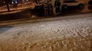 Прорыв трубы на перекрестке проспекта Ветеранов и улицы генерала Симоняка... 21 02 2017 СПб