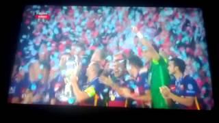 Награждение суперкубком Уефа Барселону.