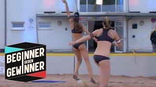Beachvolleyball: Die Profis spielen mit Schwimmflossen!  | Beginner gegen Gewinner | ProSieben