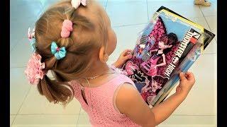 Алиса выбирает ПОДАРОК для Теи и ее братика ! Детский шоппинг в магазине игрушек для детей