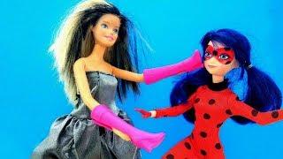 Video con i giocattoli. Barbie compra le nuove scarpe. Giochi con le bambole per bambini