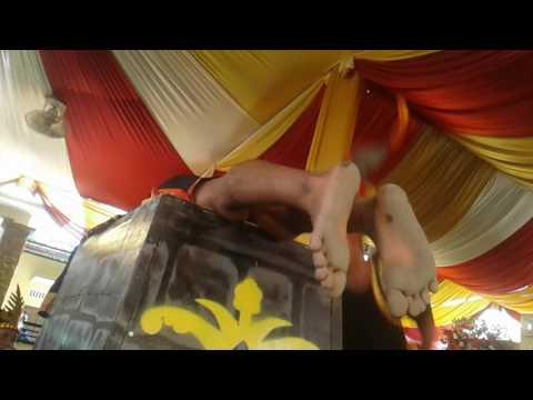 Lompat adat Nias Selatan di acara pesta pernikahan.