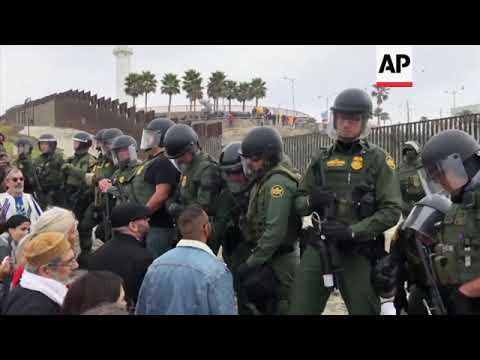 Pro-immigration demo on the US side of border with Mexico