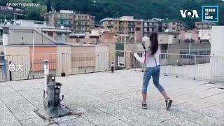 隔离在家太无聊?意大利两名女子屋顶隔空打网球