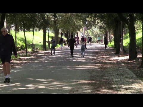 Fase 2, a Roma riaprono parchi. Bambini, runner e anziani primi ad arrivare: 'Bisogno di libertà'