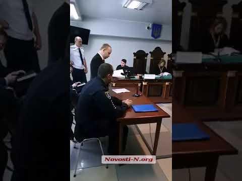 Прокурор зачитывает подозрение