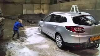 Auto wassen door de jongste bediende