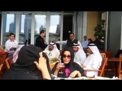 Sheikh Mohammad Bin Rashid Al Maktoum at Dubai Mall الشيخ محمد بن راشد آل مكتوم يمشي ويتغدى دُبي مول