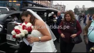 Novia sube a una moto para no llegar tarde a su boda