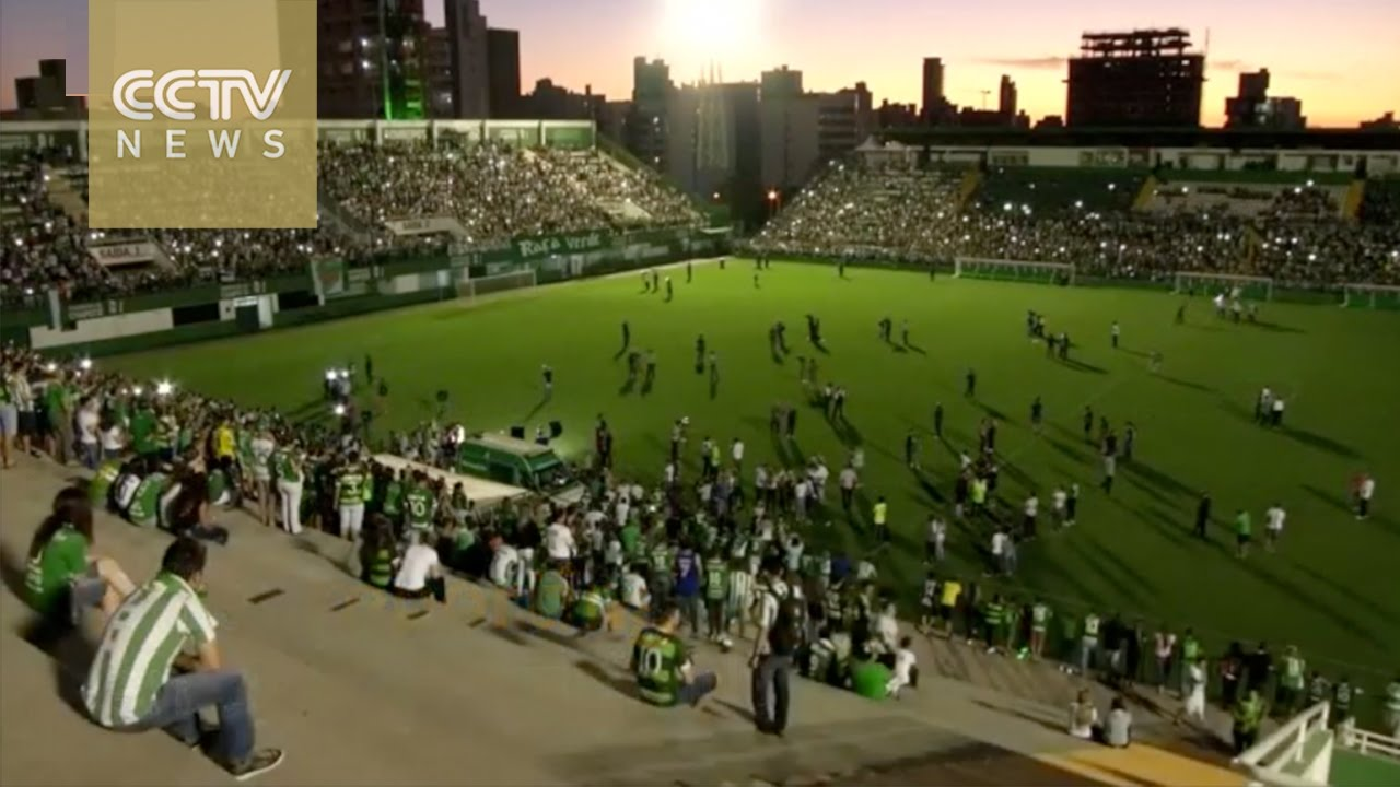 Brazilian soccer fans mourn Chapecoense air crash victims ...