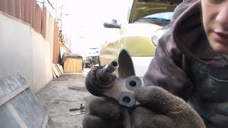 видео Проверка состояния защитных чехлов шарниров рулевых тяг и шаровых опор передней подвески