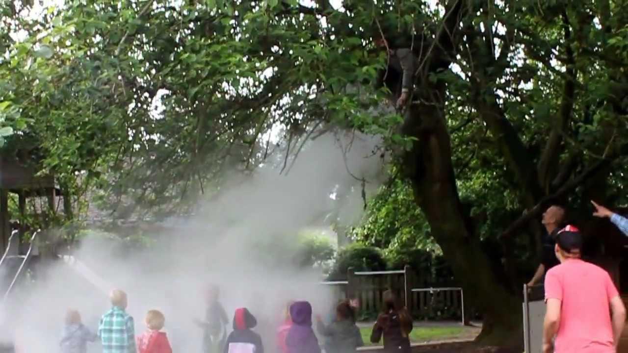 brumisateur de brouillard deau dans un jardin denfant