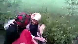 Repeat youtube video Derede bulaşık yıkayan türbanlı kızlar
