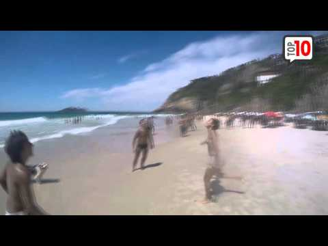 Perro jugando a la pelota en la playa