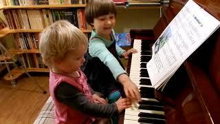 Урок со старшей сестрой. Ярослава (1 год 9 месяцев) и Марианна (4 года 9 месяцев)