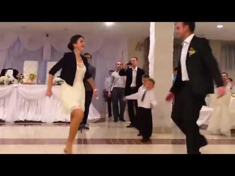 بنت ترقص في عرس أختها بطريقة جنونية 2017 thumbnail