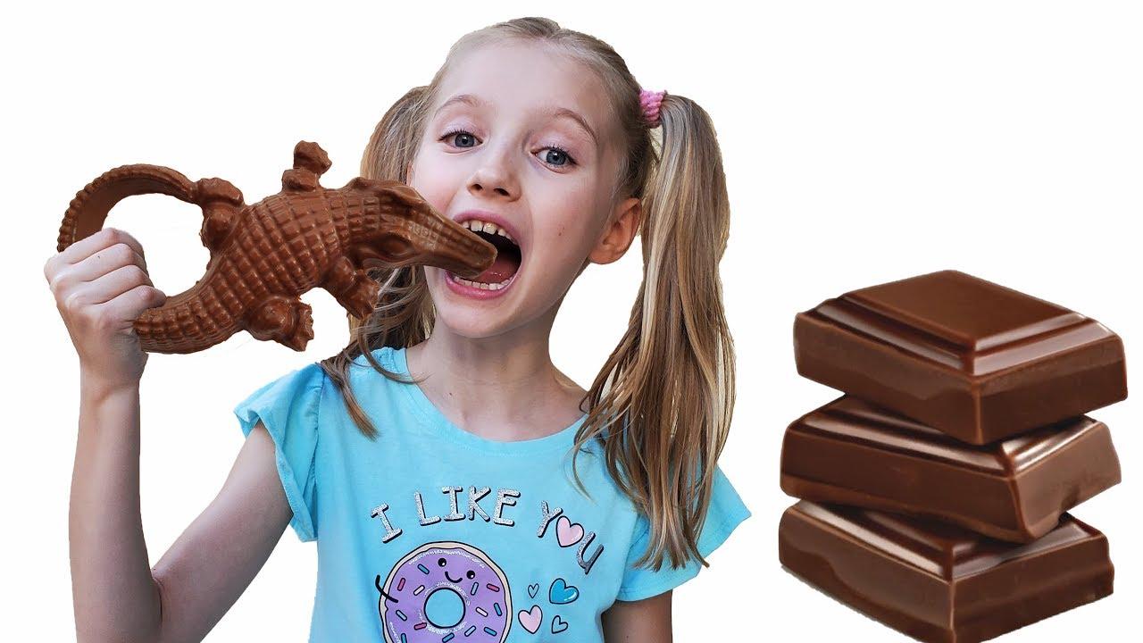 Полина играет в шоколад и настоящее с мамой