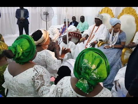 See How Church Member Kneel Down To Sing For Ooni Of Ife and his new Olori, Prophetess Naomi