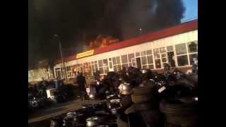 Горит рынок автозапчастей рядом с кэмпом, продавцы выносят товар прямо из огня(, 2014-05-15T16:47:28.000Z)