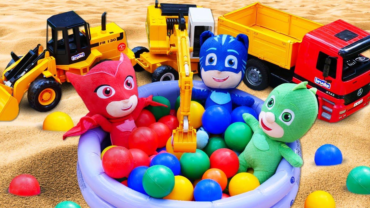 Voitures dans le bac à sable. Les Pyjamasques viennent à l'aide. Vidéo pour enfants.