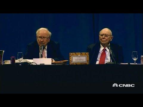Watch Warren Buffett pay tribute to Jack Bogle during 2017 Berkshire meeting