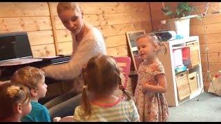 Урок музыки в детском саду, репетиция к Новому Году. Амелия, 3 года