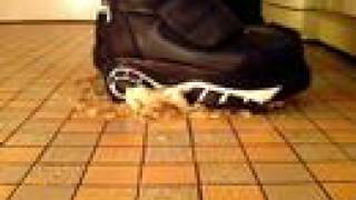 Buffalo Boots 1336 Vs. Banane (crushing)