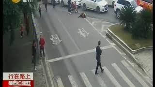 行人不走斑马线下一秒被摩托车撞了,不守交通规则代价太大