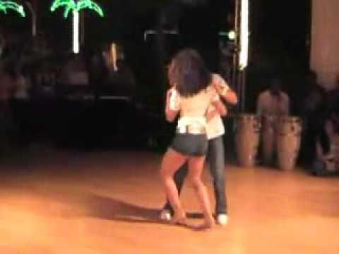 smotret-molodaya-amerikanka-tantsuet