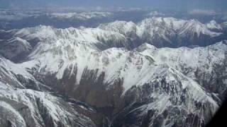 中国・四川省・アバ州の九寨黄龍空港着陸寸前の山々