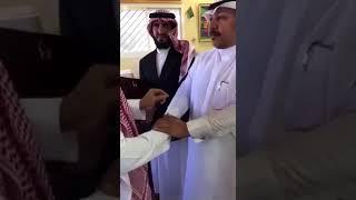 بالفيديو.. معلم يقطع إجازته المرضية من أجل طلابه وآل كركمان يقبل رأسه