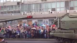 9 мая 2015 года Парад Победы Волгоград . Военная техника  движется на парад .