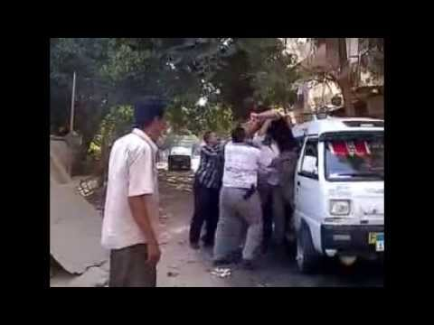 اعتداء وحشي من أفراد شرطة بزي مدني علي مواطن بالضرب في عز الضهر وسط محاولته معرفة سبب القبض عليه