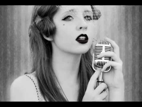 девушка поет черно белое видео