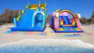 Brincando no Escorregador Inflável e Pula-Pula na Beira de Uma Praia Vazia
