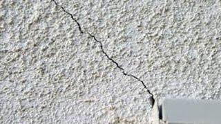 США. Ремонт шпаклевки короед на стене. (не инструкция) Сергей и Дарел на работе.
