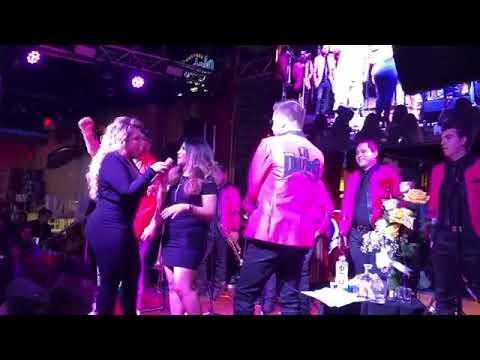 Chiquis Rivera se pone borracha en concierto y pide le toquen las 'nailons'