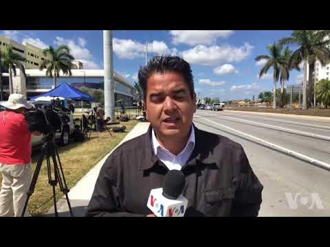 Extraen 2 vehículos atrapados bajo puente colapsado en Miami