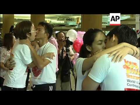 Couples in Thailand break kissing record