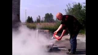 Использование огнетушителя ОП-2(Как погасить горящее автомобильное сиденье при помощи порошкового огнетушителя ОП-2(з), 2013-07-23T11:41:18.000Z)